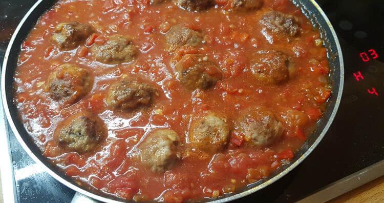 Albóndigas in der Tomatensauce